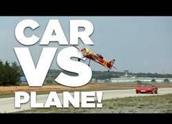 Enlace a Un Ferrari y una avioneta se retan a una carrera
