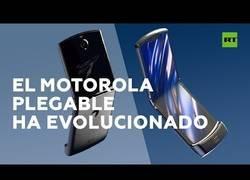 Enlace a Motorola saca al mercado su nuevo smartphone 'Razr', el teléfono que pliega su pantalla por completo