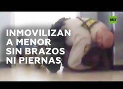 Enlace a El desproporcionado trato de un policía con un joven sin brazos ni piernas