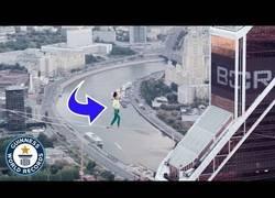 Enlace a Increíble prueba de equlibrismo desde 350 metros de altura