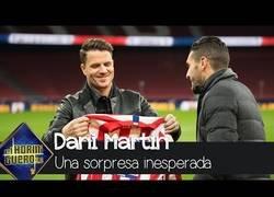 Enlace a El Hormiguero sorprende a Dani Martín llevándolo al Wanda Metropolitano