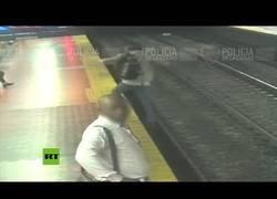 Enlace a Un hombre cae a las vías del metro por ir distraído con el móvil
