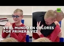 Enlace a La reacción de un niño al ver los colores por primera vez