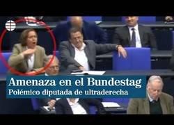 Enlace a El polémico y amenazante gesto de una diputada ultraderechista en el parlamento alemán
