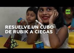 Enlace a Una niña resuelve el cubo de Rubik sin mirar