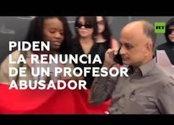 Enlace a Piden la dimisión de un profesor en mitad de su clase