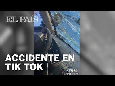 Dos jovenes sufren un accidente de tráfico y lo primero que hacen es un vídeo para Tik Tok