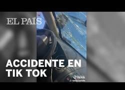 Enlace a Dos jovenes sufren un accidente de tráfico y lo primero que hacen es un vídeo para Tik Tok