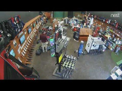 Un hombre hace caer todas las bolsas de golf de una tienda por error