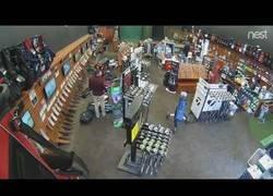 Enlace a Un hombre hace caer todas las bolsas de golf de una tienda por error