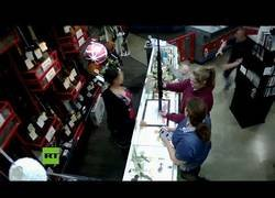 Enlace a Un bebé cae del mostrador de una tienda mientras su madre prueba un arma