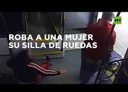Enlace a Un hombre es detenido tras robarle la silla de ruedas a una mujer