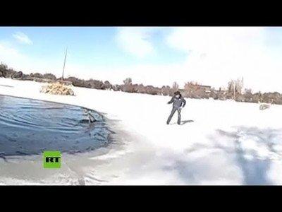 Rescatan a un ciervo de un estanque helado