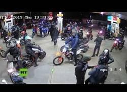 Enlace a Un grupo masivo de motoristas asaltan una gasolinera en Manchester