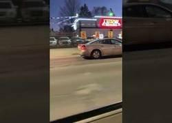 Enlace a Un conductor conduce marcha atrás por la autopista