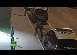 Enlace a Un policía salva a un niño que se estaba atragantando en plena calle