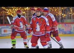Enlace a Vladimir Putin juega a hockey hielo en la Plaza Roja de Moscú