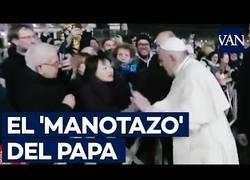 Enlace a Una mujer agarra al Papa Francisco y éste le da un 'manotazo'
