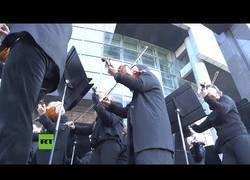 Enlace a Una orquesta ofrece un concierto gratuito durante las manifestaciones de Paris
