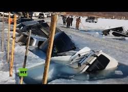 Enlace a 30 coches aparcados sobre el hielo acaban hundiéndose