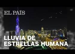 Enlace a Dubai celebró la llegada del Año Nuevo con esta espectacular lluvia de estrellas humana