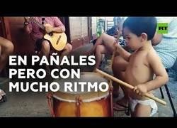 Enlace a Niño de 2 años toca la batería como un adulto