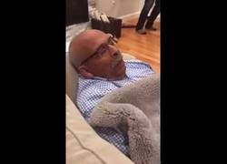 Enlace a Aprovechando los ruidos que hace su padre al dormir para jugar un partido de tenis virtual