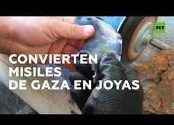 Enlace a Una pareja israelí convierte los misiles en joyas