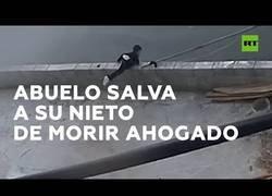 Enlace a Abuelo salva a su nieto tras precipitarse a un río