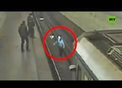 Enlace a Un hombre ebrio salta a la vía del metro pero consigue salvarse
