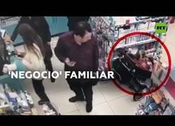 Enlace a Una niña pequeña roba en una tienda mientras los padres distraen a la dependienta