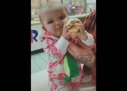 Enlace a Bebé prueba un helado por primera vez