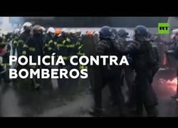 Enlace a La policía carga contra bomberos que se manifestaban en las calles de París