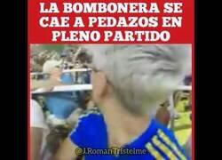 Enlace a Una placa metálica cae sobre aficionados en el estadio de La Bombonera, Argentina