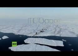 Enlace a Rescatan a pesacdores atrapados en un bloque de hielo gigante