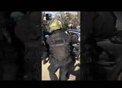 Enlace a Policía rusa carga duramente contra el coche de unos delicuentes