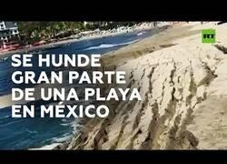Enlace a El mar se traga gran parte de una playa en México