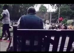 Enlace a Un hombre canta Bon Jovi en un parque y le acaban siguiendo cientos de personas