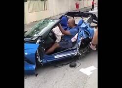 Enlace a Un hombre sale ileso de un brutal accidente de coche