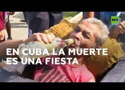Enlace a La fiesta cubana en la que se ríen de la muerte