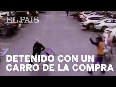 Un civil detiene a un ladrón con un carrito de la compra