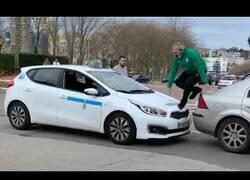 Enlace a El esperpéntico y viral incidente entre un taxista y un paisano en la calles de Santander
