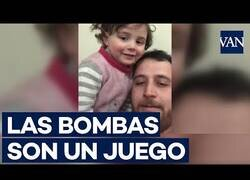 Enlace a Un padre sirio hace ver que las bombas son un juego para hacer feliz a su hija
