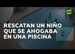 Enlace a Salvan a un niño a punto de ahogarse en una piscina