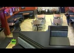 Enlace a Un matrimonio de policías fuera de servicio frustra un robo mientras cenaban en un restaurante