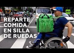 Enlace a Un brasileño reparte comida a domicilio en silla de ruedas