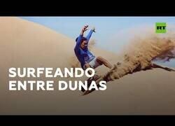 Enlace a La increíble modalidad deportiva que consiste en surfear dunas del desierto