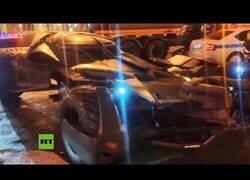 Enlace a Confiscan un 'batmóvil' en las calles de Moscú
