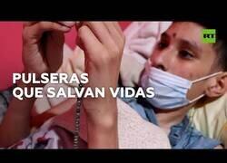 Enlace a Niño con cáncer hace pulseras para pagar su tratamiento