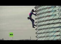 Enlace a Escalador urbano desciende los 144 metros de la Torre Glòries de Barcelona
